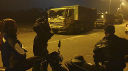 Hà Nội: Người dân Sóc Sơn co ro trong đêm chặn xe vào bãi rác Nam Sơn