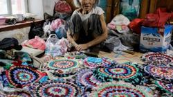 Cụ bà 94 tuổi khâu tay 500 tấm thảm tặng miễn phí trong suốt 10 năm