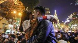 Ảnh: Tay trong tay, hôn nhau tình tứ trong đêm Giáng sinh ở Hà Nội
