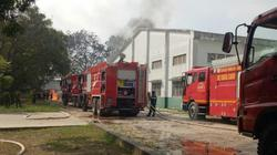 Xe bồn phát nổ bốc cháy dữ dội, nhiều công nhân thoát chết