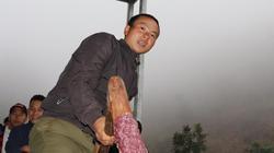 Clip: Lên núi cao xem người Mông giã thứ bánh Tết dính như keo