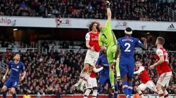 """Mắc sai lầm tai hại, """"tội đồ"""" của Arsenal lập kỷ lục tệ không tưởng"""