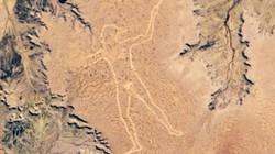 Bí ẩn hình vẽ thổ dân khổng lồ cầm vũ khí trên sa mạc, to đến mức ngoài vũ trụ cũng thấy