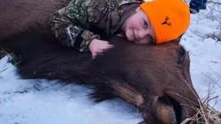 Video: Bé gái 8 tuổi trẻ nhất lịch sử bắn chết nai sừng tấm nặng 2 tạ