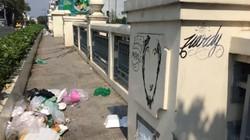Cầu Bông ở TPHCM ngập rác và hình vẽ bậy