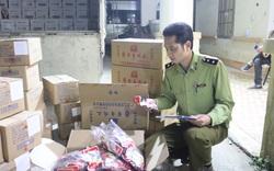 Lạng Sơn: Tiêu hủy hơn 6.500 chân gà tẩm ướp gia vị nhập lậu