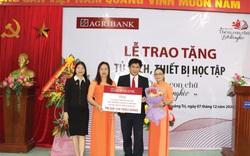 """Agribank Quảng Trị: Trao tặng tủ sách, thiết bị học tập với chủ đề """"Thêm con chữ, bớt đói nghèo"""""""