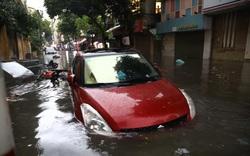 Mưa như trút, nhiều tuyến đường ở Hà Nội ngập úng nặng