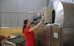 Nữ nông dân đưa lạp sườn gác bếp đặc sản của tỉnh Bắc Kạn đi muôn phương