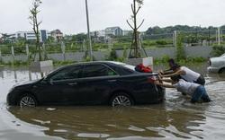 """Hàng dài ô tô """"chôn bánh trong biển nước"""" sau cơn mưa lớn ở Hà Nội"""