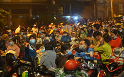 Hàng ngàn người dân tự phát về quê gây ùn tắc cửa ngõ phía tây TP.HCM