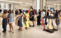 Người Sài Gòn chi tiền triệu xếp hàng dài mua quần áo, thời trang