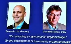 """2 nhà khoa học đoạt giải Nobel Hóa học nhờ tạo ra """"công cụ tài tình' để xây dựng các phân tử"""