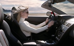 Phụ nữ nên mua ô tô số sàn hay số tự động?