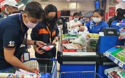 TP.HCM: Lo ngại dịch Covid-19 phức tạp, người dân đi siêu thị mua rau củ, thịt cá, mì gói