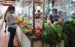 TP.HCM: Chợ đầu tiên ở quận Phú Nhuận mở lại, quây vách ngăn, bán rau củ theo combo