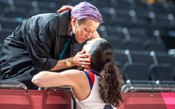 Chuyện tình Olympic 2020: 2 cặp đôi cầu thủ đồng tính công khai yêu đương