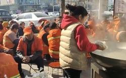 Bé gái 11 tuổi dùng tiền mừng tuổi 4 năm liền nấu sủi cảo cho 60 công nhân vệ sinh