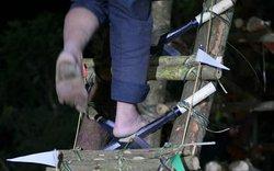 Rùng mình chứng kiến chân trần leo 18 bậc thang bằng dao sắc nhọn