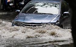 """HN bất ngờ mưa lớn đầu hè, người dân """"bơi"""" trong nước"""