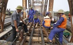 Hàng trăm người phơi mình dưới nắng gia cố cầu Long Biên