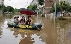 Ảnh: Bi hài bơi xuồng trên đường ngập trong khu đô thị ở Hà Nội