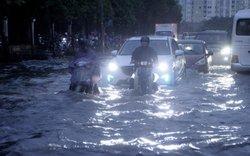 """Mưa lớn, Hà Nội chìm trong """"biển nước"""", giao thông hỗn loạn"""