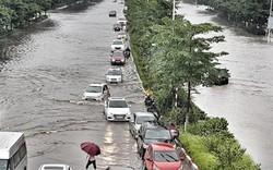 Nhiều tuyến đường ở Hà Nội mênh mông biển nước do bão số 3