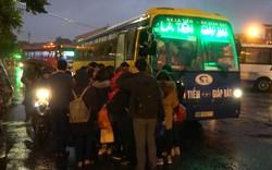 Clip: Bất chấp mưa lạnh ùn tắc, hàng nghìn người đổ về quê nghỉ Tết
