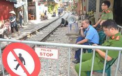 Du khách bị cấm vào chụp ảnh ở phố cà phê đường tàu đến bao giờ?