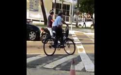 Clip: Pha dừng đèn đỏ cực ngầu của ông chú đi xe đạp gây sốt