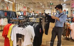 Người Sài Gòn chi tiền triệu xếp hàng dài shopping mua quần áo, thời trang