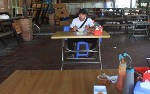 Quán ăn TP.HCM ngày đầu bán tại chỗ: Nhận tối đa 20 khách, người dân và chủ tiệm đều mừng