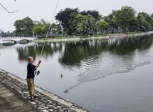 """Vì sao """"cần thủ"""" ngang nhiên câu cá trộm ở hồ công viên Thống Nhất?"""