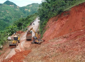 Thanh Hóa: Khẩn cấp khắc phục sạt lở trên tuyến Quốc lộ 15C