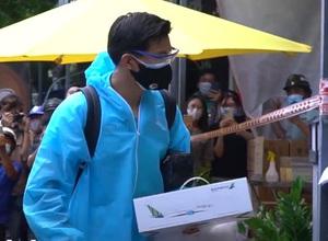 Văn Hậu và đồng đội nhận sự đón chào nồng nhiệt của CĐV Việt Nam khi tới địa điểm cách ly