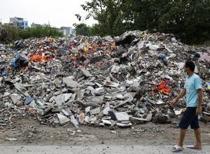 """""""Núi rác"""" bốc mùi hôi thối nồng nặc tại ngoại thành Hà Nội"""