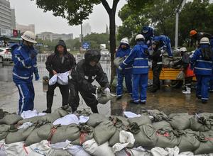 """Video: Trung Quốc bị bão In-fa """"vùi dập"""" sau lũ lịch sử khiến hàng triệu người phải sơ tán"""