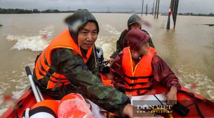 """Hành trình 4 tiếng giải cứu 3 người mắc kẹt trong lũ Quảng Bình của """"đội ca nô 0 đồng"""""""