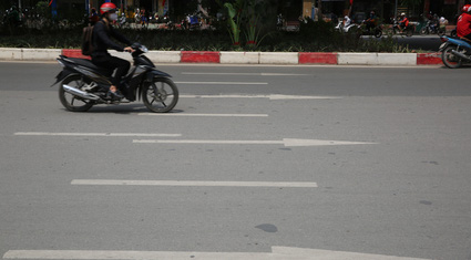 """Người dân lúng túng trước """"ma trận"""" vạch kẻ đường tại Hà Nội"""