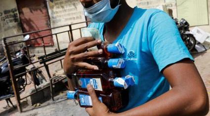 Nới lỏng phong tỏa, người dân Ấn Độ rồng rắn xếp hàng mua rượu