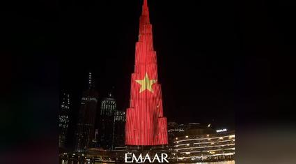 Quốc kỳ Việt Nam tung bay tại tòa nhà cao nhất thế giới Burj Khalifa ở Dubai