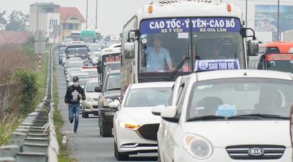 Người dân ùn ùn trở lại Thủ đô sau Tết Dương lịch, cửa ngõ ùn tắc gần 10 km