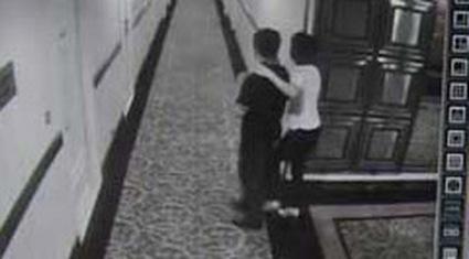 Hiệu trưởng bị tố vào khách sạn với vợ bạn phản ứng như thế nào?