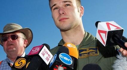 Phi công tìm kiếm MH370 nổi như cồn vì đẹp trai