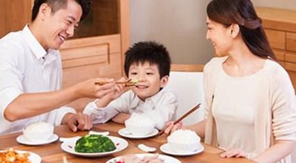 Khi con khao khát được ngồi ăn cùng cha mẹ