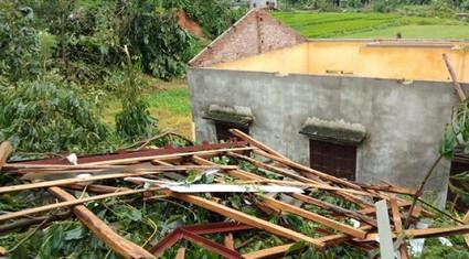 Phú Thọ: 1 người chết, hơn 100 ngôi nhà, trường học bị tốc mái, đổ sập