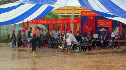 Mưa lũ ở miền Trung: Hàng chục nghìn trẻ lỡ hẹn ngày khai trường