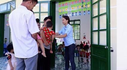 Buổi học đầu tiên tại lớp học do Báo Dân Việt và Quỹ Thiện Tâm xây tặng