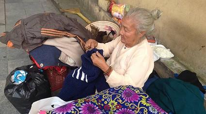 Xót xa cụ bà sống nửa đời trên vỉa hè Hà Nội
